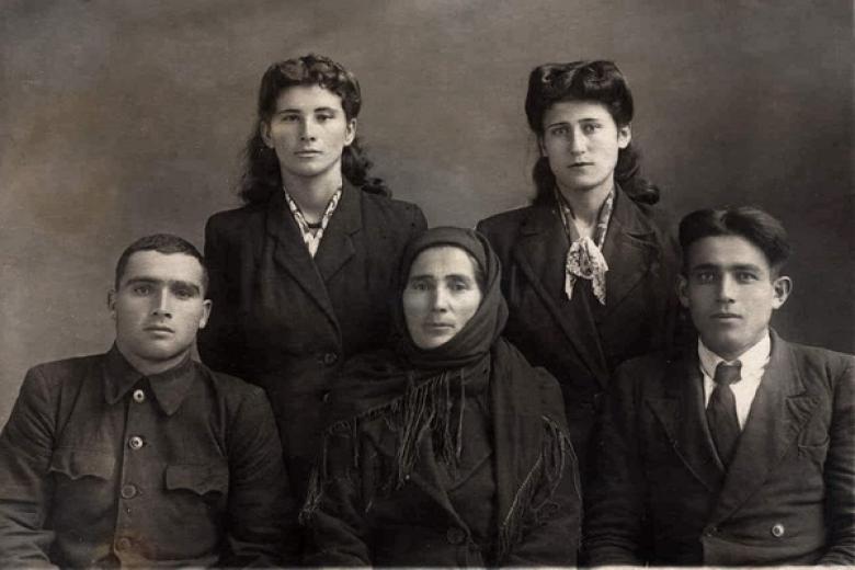 Люба Кубалова (в первом ряду)