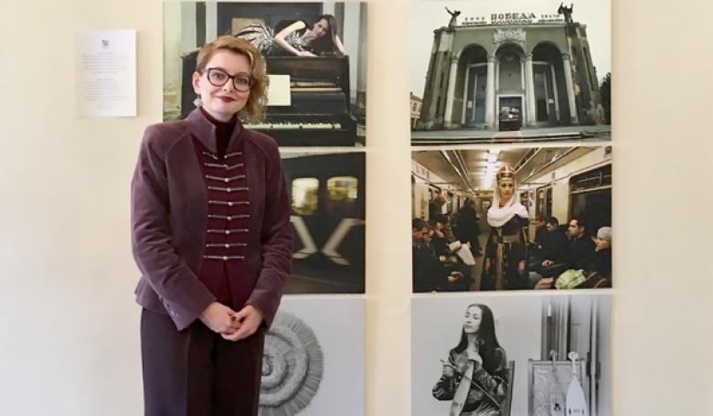 Элина Караева на фоне своей экспозиции